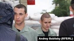 С утра в здании СБУ родственники разбирали мальчишек – солдат-срочников из воинской части внутренних войск, захваченной накануне