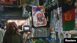 Базарда сатылып жатқан Усама бен Ладеннің плакаты. Кветта, 5 қыркүйек 2011 жыл