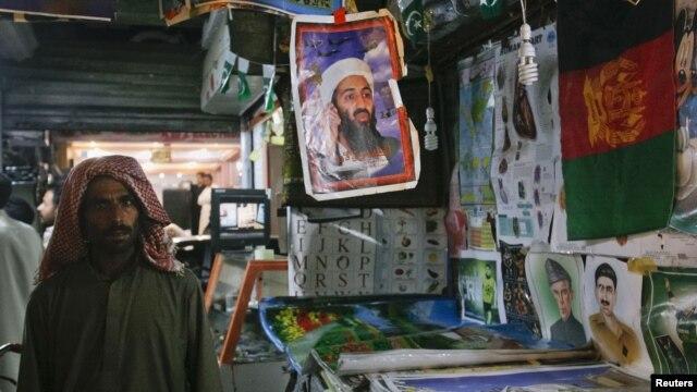 """Пакистан. Портрет убитого лидера """"Аль-Каиды"""" Усамы бен Ладана среди других товаров уличного торговца."""