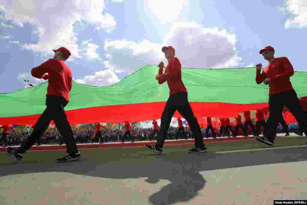 """Лукашенко еще раз пояснил, почему не отменил парад: """"Даже мысль об изменении традиции прославления подвига для нас неприемлема: потому что на нас смотрят глаза убитых солдат, замученных партизан и подпольщиков. Глаза детей Хатыни""""."""