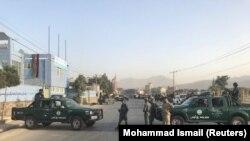 Авганистанските полицајци чуваат стража на местото на експлозијата во Кабул, 13 септември 2017 година