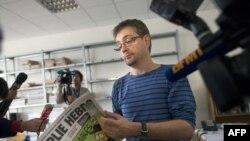 """Автор карикатур в сатирическом еженедельнике Charlie Hebdo, известный под псведонимом """"Шарб"""", отвечает на вопросы журналистов, Париж, 19 сентября 2012"""