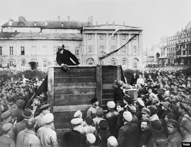 Владимир Ульянов-Ленин выступает в Москве перед красноармейцами, отправляющимися на войну с Польшей, 1920 год