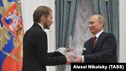 Так Александр Демахин получал награду из рук президента