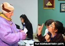 Парламент сайлауына дауыс беруге келген сайлаушы мен учаскелік комисся мүшесі. Ташкент, 22 желтоқсан 2019 жыл.