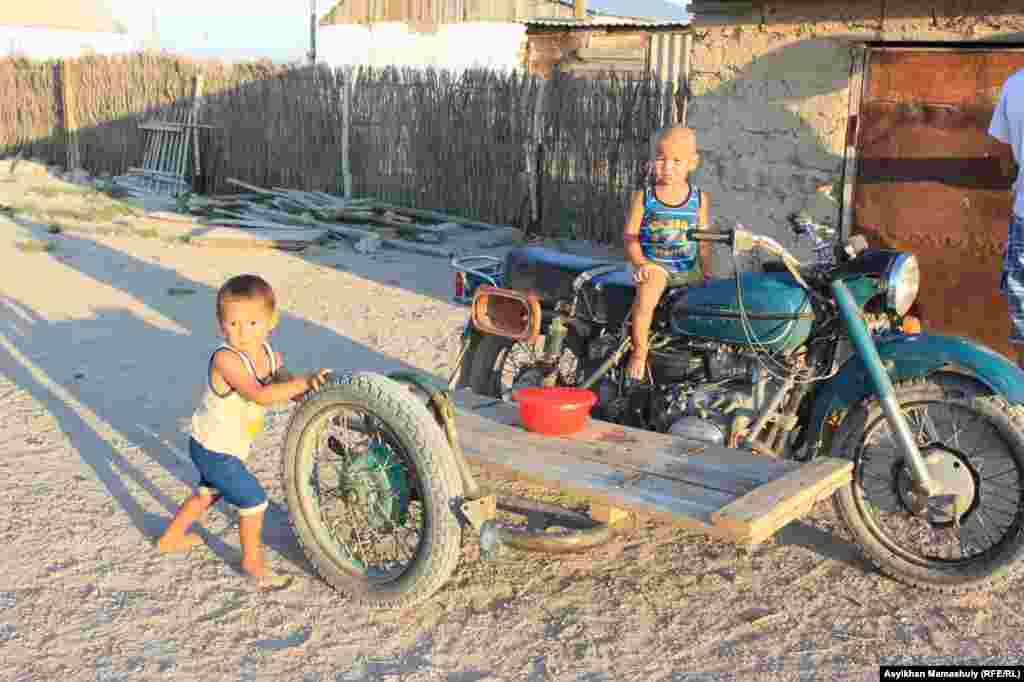 «Урал» мотоцикліне мінгесіп келген Көмекбаев ауылының балалары.