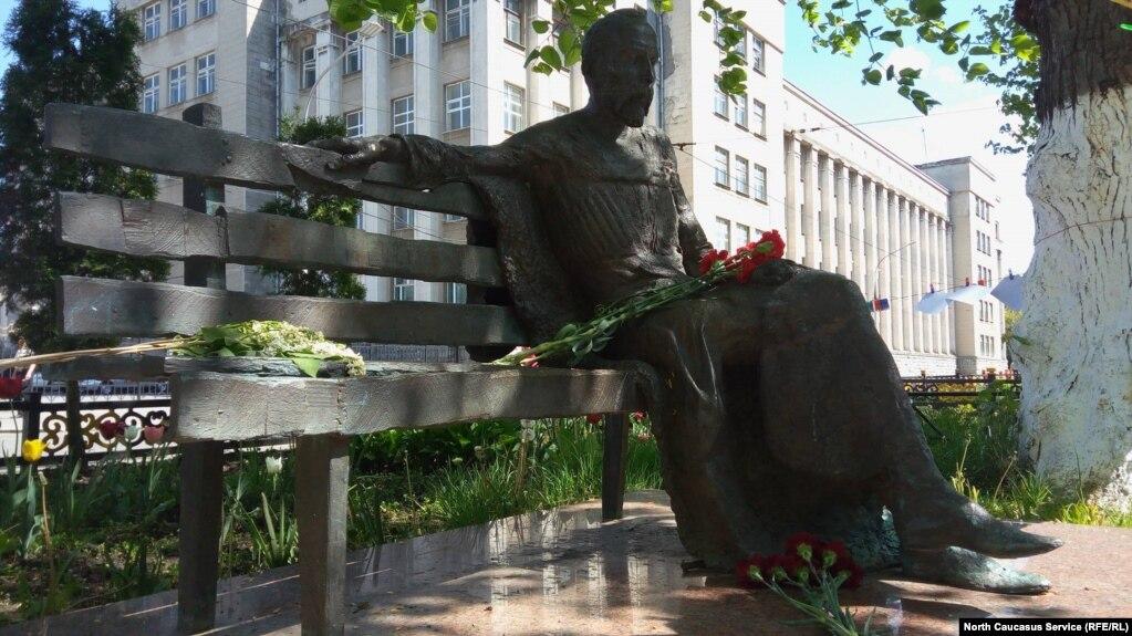 68abb4169e3d Во Владикавказе собирают подписи против демонтажа памятника Коста ...