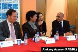 Посол Швейцарии в Казахстане и Таджикистане Мауро Рейна (слева), директор Гёте-института Барбара Френкель-Тонет (вторая слева), генконсул Турции Садин Аййылдыз (справа).