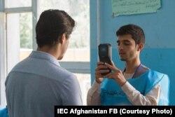 Ауғанстандағы президент сайлауында тұрғындардың биометрикалық дерегін тексеріп жатқан қызметкер. Қазан айы, 2019 жыл.