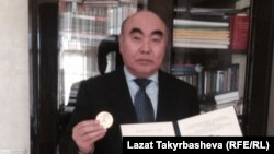 Аскар Акаев с медалью Саймона Кузнеца. Москва, 29 октября.