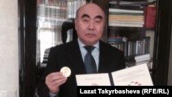Аскар Акаев Саймон Кузнец атындагы алтын медалы менен. Москва, 29-октябрь.