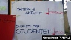 Pankarte të protestuesve në Tiranë