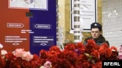 """Цветы на месте взрыва на станции """"Парк Культуры"""""""
