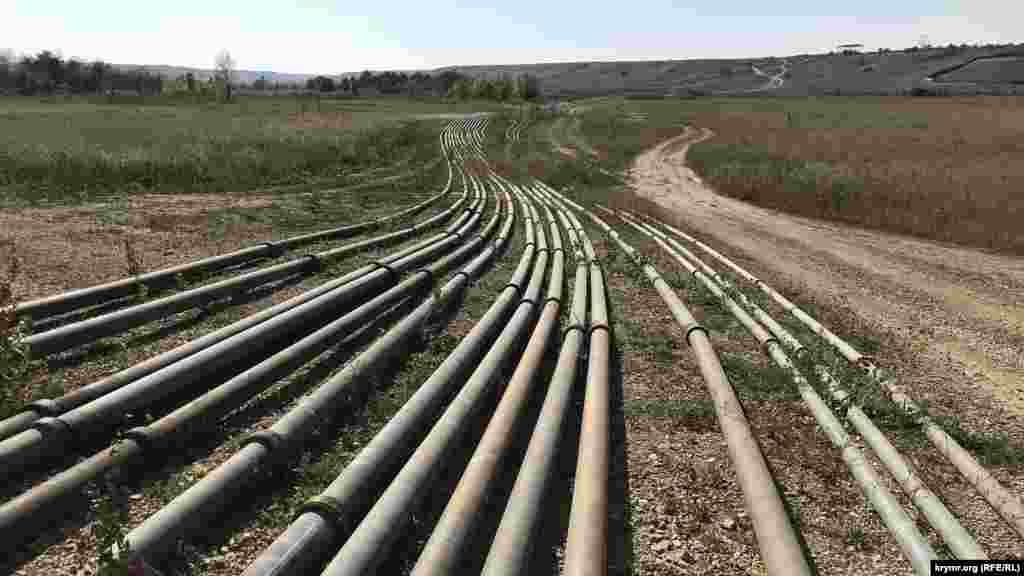 Сброс воды на нужды крымской столицы теперь не прекращается ни днем ни ночью. Как сейчас выглядит Тайганское водохранилище и что происходит на его территории, запечатлел корреспондент Крым.Реалии.
