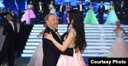 Президент Казахстана Нурсултан Назарбаев танцует на новогоднем балу.