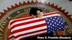 Синди Маккейн на похоронах своего мужа, сенатора Джона Маккейна.
