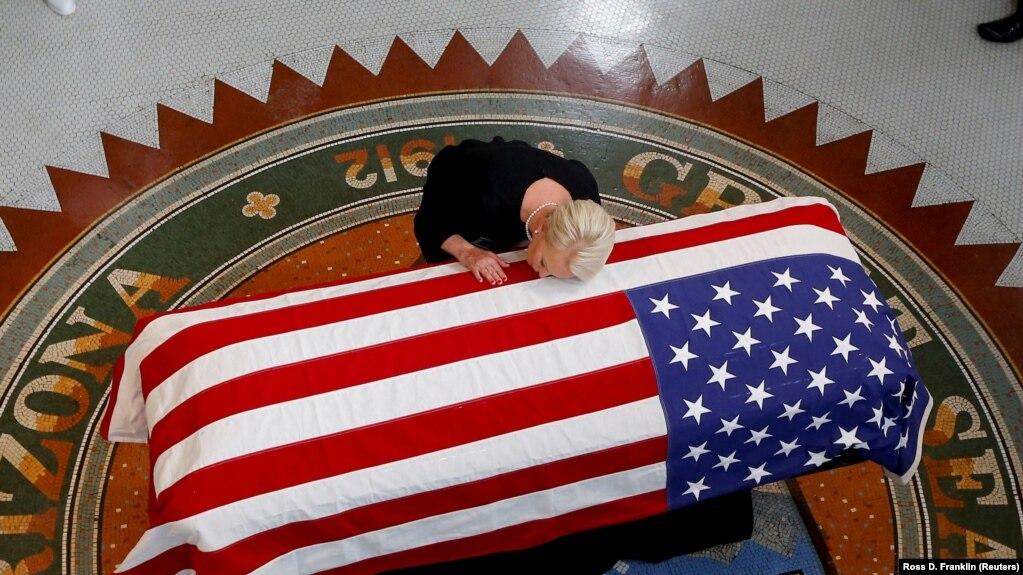 В Вашингтоне проходит поминальная служба по Маккейну
