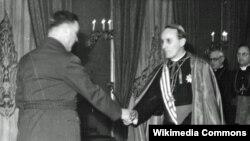 Kardinal Alojzije Stepinac pozdravlja vođu ustaša Antu Pavelića