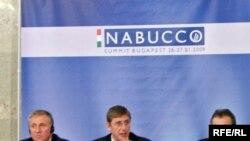 """Будапештда тўпланган Европа сиëсатчилари ва сармоядорлари¸ Россияга қарамликдан қутқазиши кутилаëтган """"Набукко"""" лойиҳасига қўшиладиган давлатларнинг сиëсий барқарорлигини¸ айниқса¸ жиддий муҳокама қилишди."""