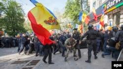 La protestul Platformei DA din 24 aprilie 2016, în apropiere de presupusa casă a lui Vladimir Plahotniuc din centrul Chișinăului