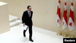 В зале для пленарных заседаний парламента собрались все члены кабинета министров, а также глава правительства Ираклий Гарибашвили. Им предстояло отвечать на вопросы «националов»