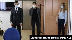 Zoran Đorđević (levo), ministar rada i socijalnih pitanja u Vladi Srbije, posetio je Nacionalnu SOS službu za žene žrtve nasilja, na međunarodni Dan sećanja na žene žrtve nasilja 18. maja 2020.