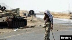 Ливийский повстанец разговаривает по телефону