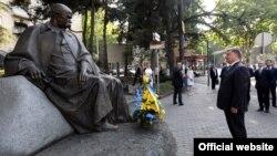 Петро Порошенко біля пам'ятника Тарасові Шевченку у Тбілісі, 18 липня 2017 року