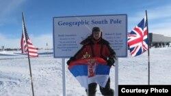 Dragan Jovović sa zastavom Srbije na Južnom polu