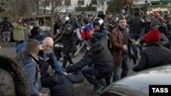 Украинанын бүтүндүгүн жактагандар менен орусиячылардын мушташы. Полиция аларды ажыратууга аракет кылууда. Харьков, 8-апрель.