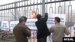 Баспанасыз офицерлер Алматы гарнизонының аудандық пайдалану бөлімшесінің алдында наразылық акциясын өткізді. 18 қараша 2008 ж.
