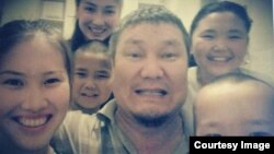 Актюбинский активист Санат Досов (в центре), осужденный по обвинению в «возбуждении розни», вместе со своими детьми. Фото из архива семьи Досовых.
