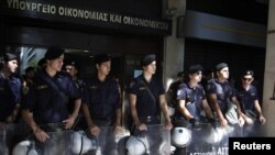 Грек полициясы бұрынғы қаржы министрлігі ғимаратының алдын күзетіп тұр. Афина, 4 қазан 2011 жыл.