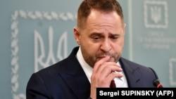 23 квітня кількість підписів під петицією до президента Володимира Зеленського з вимогоюзвільнити і притягнути до кримінальної відповідальностіголову Офісу президента Андрія Єрмака перевищила необхідні для її розгляду 25 тисяч