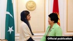 Во время встречи Розы Отунбаевой и Хины Раббани Кхар в Бишкеке, октябрь 2011 г.