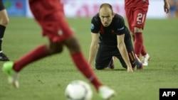 Голландия на коленях... Арьен Роббен (в черной форме) в матче Евро-2012 Португалия - Голландия. 17 июня 2012 г