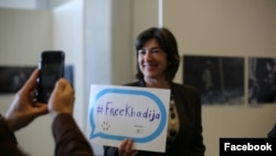 """ЮНЕСКО-ның қайырымдылық елшісі Кристин Аманпур """"#Хадиджа босатылсын"""" деген плакат ұстап тұр."""