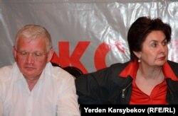 Петр Своик (слева), оппозиционный политик. Алматы, 20 марта 2013 года.