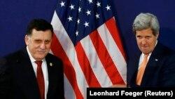 جان کری، وزیر خارجه آمریکا (راست)، در کنار فایز السراج، نخستوزیر لیبی ساعتی پس از پایان نشست وین