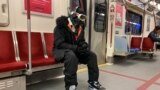 Čovjek nosi brile za skijanje, rukavice dok se vozi u podzemnoj željeznici tokom pandemije korona virusa, Toronto, Kanada, 31. mart, 2020.