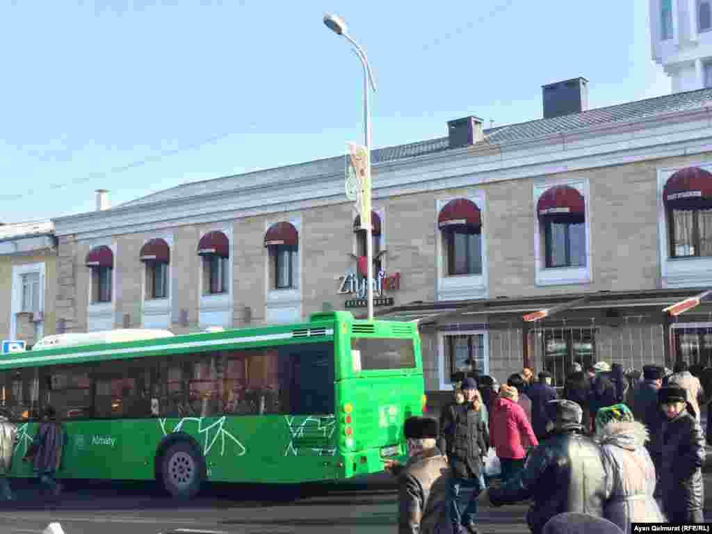 После церемонии люди разошлись, некоторые из собравшихся поехали наспецавтобусе до места, где давалась тризна (ас) в память о жертвах Декабрьских событий.