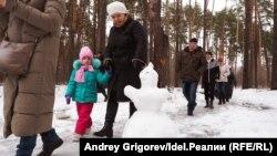 """Зимой жители Дербышек """"обнимали"""" свои леса. чтобы спасти их от застроек"""