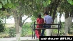 Молодая пара в Ашхабаде.