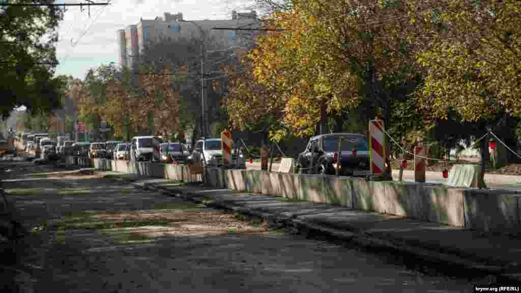 Пробка на улице Севастопольской в сторону центрального рынка. Хвост колонны авто уходит далеко за пределы видимости