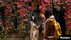 Fényképezés egy őszi levelekkel borított londoni ház előtt 2020. októben 17-én.