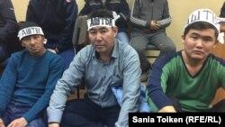 Куспан Косшыгулов (в центре) - один из работников нефтяной строительной компании, объявивших голодовку с требованием, чтобы Казахстан не ликвидировал независимую конфедерацию профсоюзов. Актау, 8 января 2017 года.