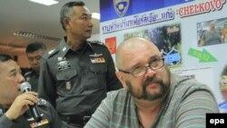 Shefi i dyshuar i krimit Aleksandr Matusov në lokalet e policisë në Tajlandë