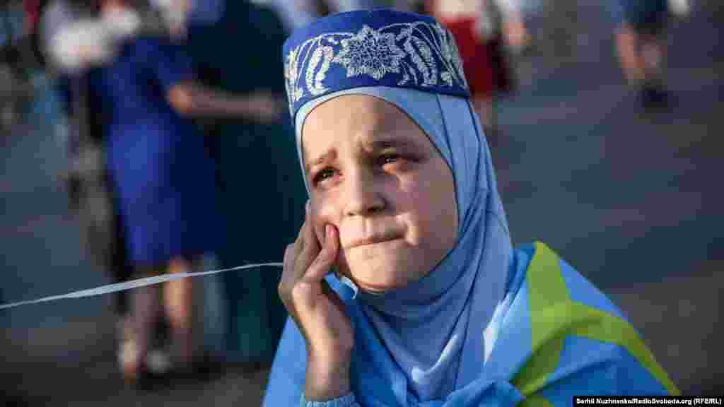 Киевтегі Қырым татарлары туы күніне арналған шараға қатысушы жас.