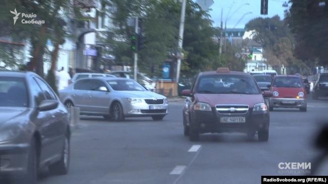 Знімальна група помітила, як синхронно за нею з місця рушив автомобіль «Шкода»