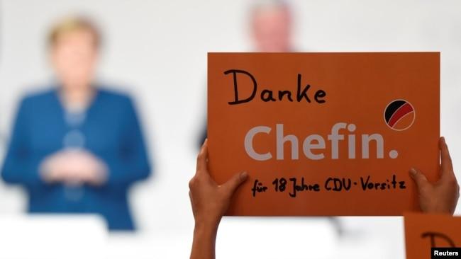 Një delegat mban një pankartë me mbishkrim falënderues për kryetaren e Partisë CDU, Angela Merkel, gjatë kongresit të partisë, Hamburg, Gjermani, 7 dhjetor 2018.